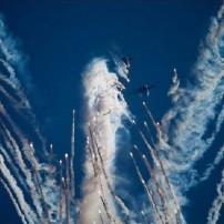 ロシアの戦闘機で『天使』を白煙で大空に描いた