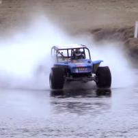 車で川の水面を渡り切るスゴい車!