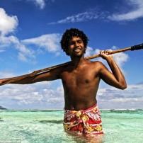 絶景の海で魚を仕留める漁師たち